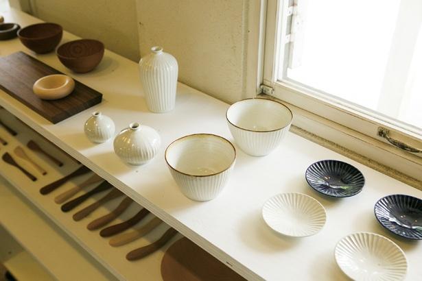 木工や陶磁器など作家の作品が並ぶ