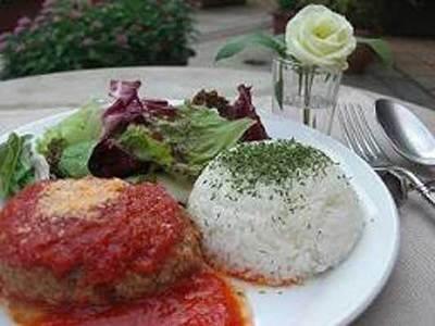 ワンプレートランチの「イタリアンハンバーグ」は特製のトマトソースたっぷり。ドリンク付き1050円