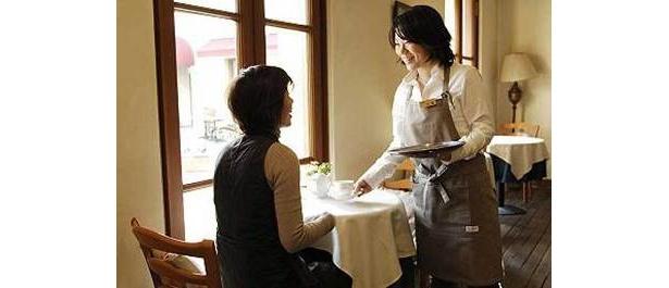 カフェは温かい雰囲気。大人はゆったりした時間を満喫しちゃおう