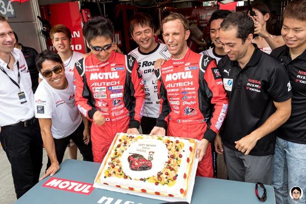 日産系チームのドライバーに囲まれて誕生日を祝うロニー・クインタレッリ