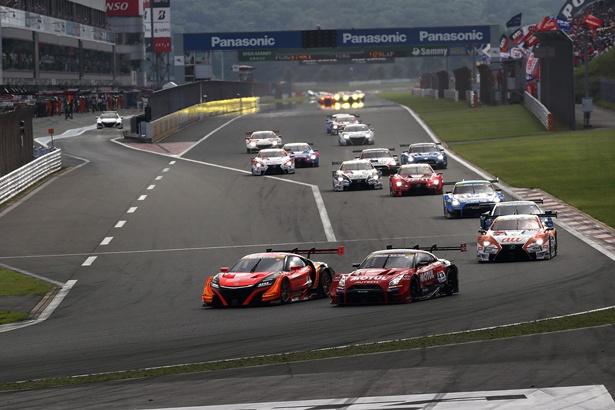 【画像を見る】スタート直後、ARTA NSX-GTの隣にMOTUL AUTECH GT-Rが並びかかる!