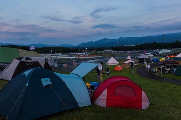 最終コーナー(パナソニックコーナー)の外側に設けられた場内宿泊エリアには、色とりどりのテントが並んだ