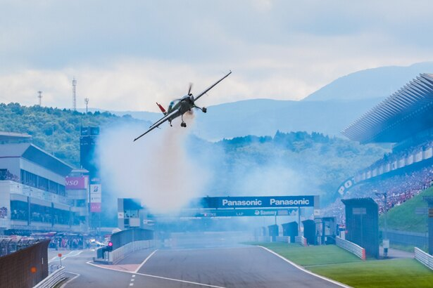 レッドブル・エアレースに出場する室屋選手が富士のホームストレートを滑空!
