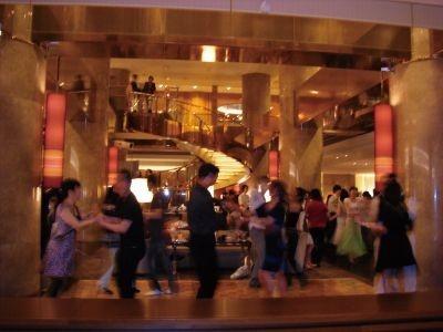 通常は200席配されている静かなラウンジがエキサイティングな空間に変身!【ヒルトン東京「マーブルラウンジ」】