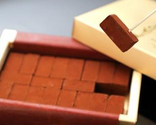 30年以上に渡って愛され続ける、チョコレートショップを代表する生チョコ「1942 博多の石畳」。20粒1620円