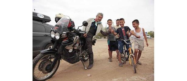 戸井十月氏は「道端でのやりとりが旅の醍醐味(だいごみ)」と明かし、人との出会いを大切にする。