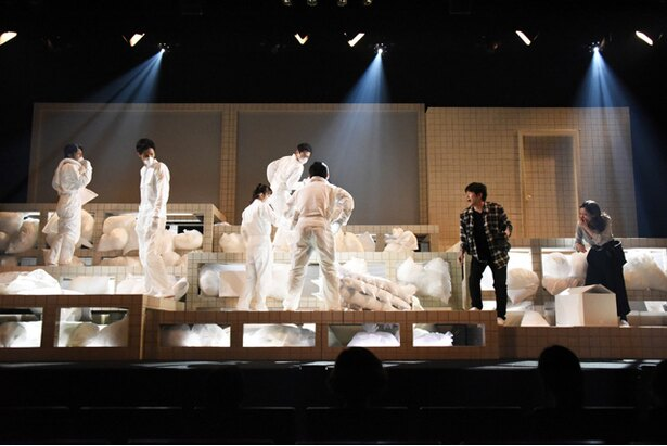 【写真】ご覧の通り舞台セットは非常に不安定で、わざといつもと違うことが何か起きるという要素を作っている