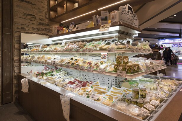 Wine&Cheese 北海道興農社/店頭で試食販売も行い、おすすめを味わうことができる