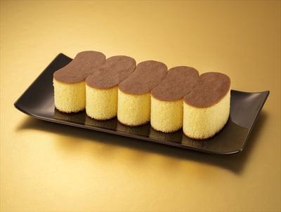 8位「東京ばな奈カステラ『見ぃつけたっ』」(8個入り/1134円)。ざらめ糖に香り立つバナナの風味がほのかに香るカステラ