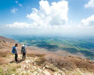 久住山の山頂から南方向の眺め。眼下に広がるのは久住高原の絶景!