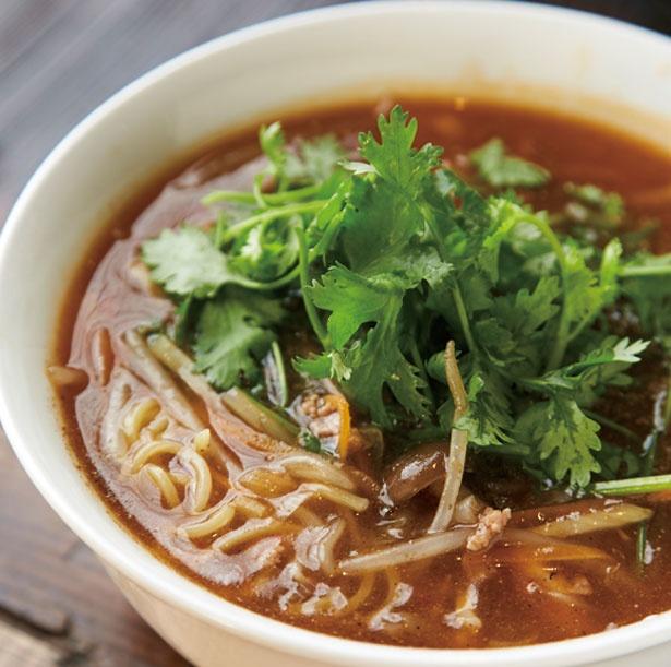 「ピリ辛しびれ中華そば」(842円)。山椒や唐辛子を効かせたスープに、パクチーのさわやかな風味がアクセント/路地裏チャイニーズ有馬