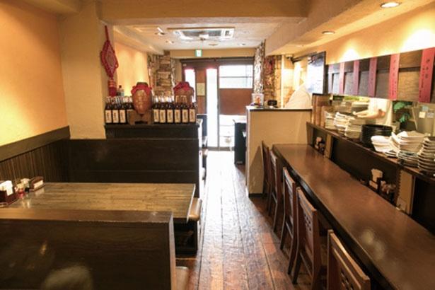 カジュアルな雰囲気な店内にはカウンター席が6席。深夜まで営業しているので、飲んだ後にも立ち寄れる/劉家厨房