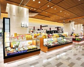 博多駅マイング「和菓子通り」に位置する1号店。多くの買い物客で賑わう