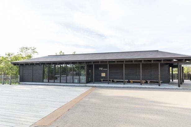 「知床五胡パークサービスセンター」は、知床五湖の地上遊歩道に入るためのレクチャーを受ける「知床五胡フィールドハウス」の隣