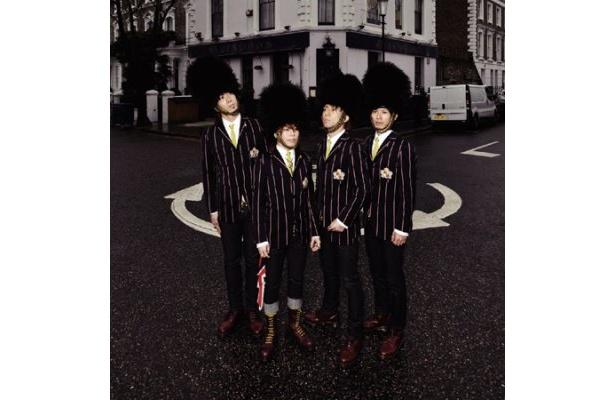アビンドン・ロードで撮影された、アルバム『ABINGDON ROAD』の通常盤ジャケット