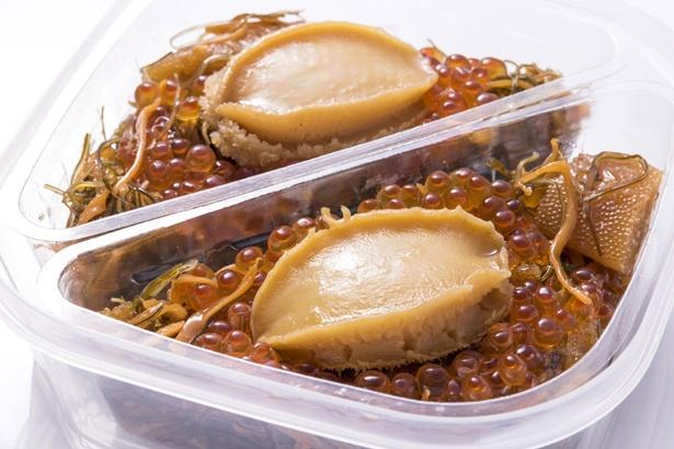 札幌シーフーズ/豪華な松前漬けにのった蝦夷アワビは、一般的なアワビより小ぶりだが味わいは濃厚