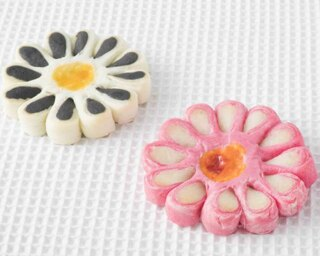 味わい深い中華あんを、パイで包み込む「菊花酥(キッカス)」(左)と「白花酥(パイファス)」(右)