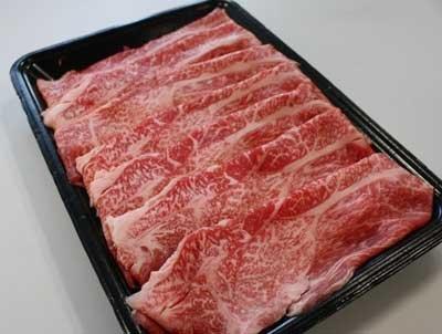 すき焼きにしても焼いてもおいしそうな霜降り牛が、この値段で買えるとはさすがアメ横だ