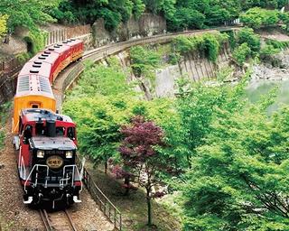 京都・嵯峨野の保津川渓谷沿いを走る観光列車として人気のトロッコ列車