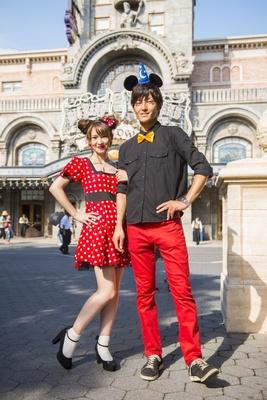 【写真を見る】ミッキーマウスとミニーマウスの仮装をしたゲスト
