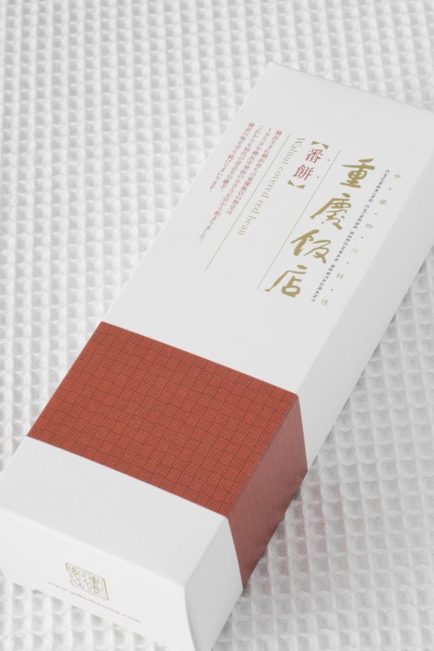 【画像を見る】シックで上品な赤の帯が、ひと際目立つパッケージ