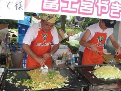 富士宮やきそばは、もちもちの麺が人気の秘密