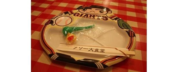 お子様ランチのお皿とオマケ