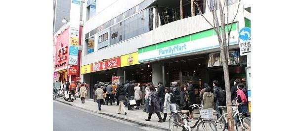 約60人が列を作っていた飯田橋店。カップル客は、彼女は同店に時々足を運んでいたが、彼氏は「初ウェンディーズ」なんだとか