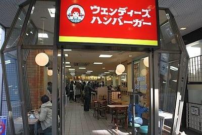 渋谷店の店内は入り口から奥に広いので、店内に列が出来ていた
