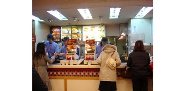 ウェンディーズの飯田橋店で閉店間際に注文する客たち。閉店を惜しむ客が多いことがわかる