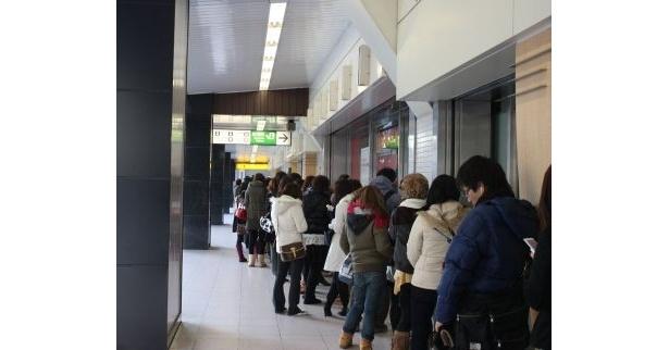 大行列!「ルミネエスト新宿」の玄関前