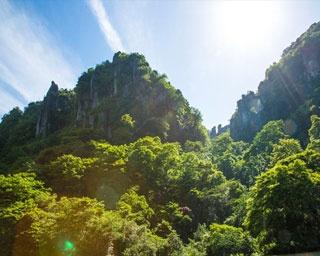 群猿山、鳶ノ巣山、嘯猿山、夫婦岩、雄鹿長尾の峰、烏帽子岩、仙人岩、海望嶺などの周囲の岩峰群が一望できる景勝地「一目八景」