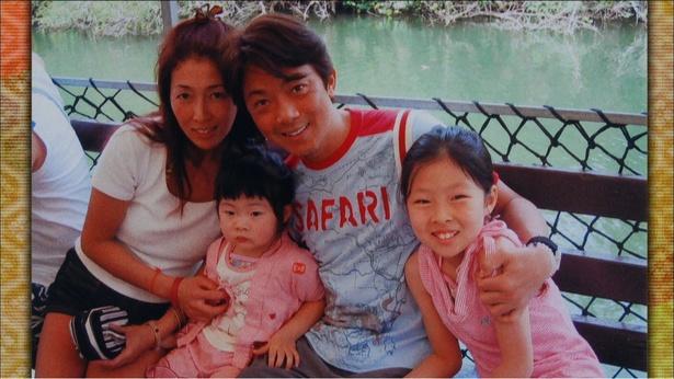 風見しんごの家族写真。左から妻・尚子さん、次女のふみねさん、風見しんご、えみるさん