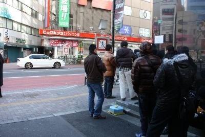 「ヤマダ電機 LABI1 日本総本店」ビルのサイドまで行列は続いていた