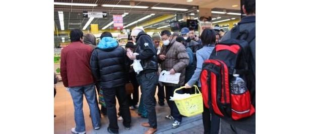 「ヤマダ電機 LABI1 日本総本店」開店を待つ人々
