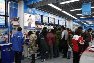 「ヤマダ電機 LABI1 日本総本店」PC売り場の前に人だかり!