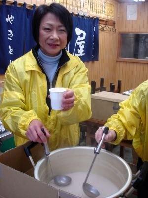 冬空の下で声援を送る観客たちに甘酒を振る舞う、保土ヶ谷東口商店街