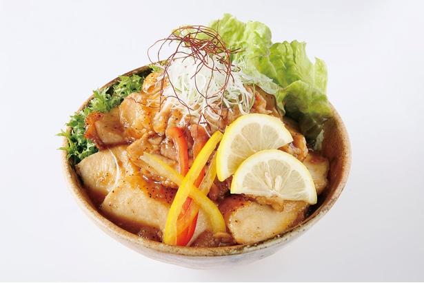 大分県山ハーブ鶏と採れたての野菜をふんだんに使ったボリューミーな丼「由布岳丼」(1000円)