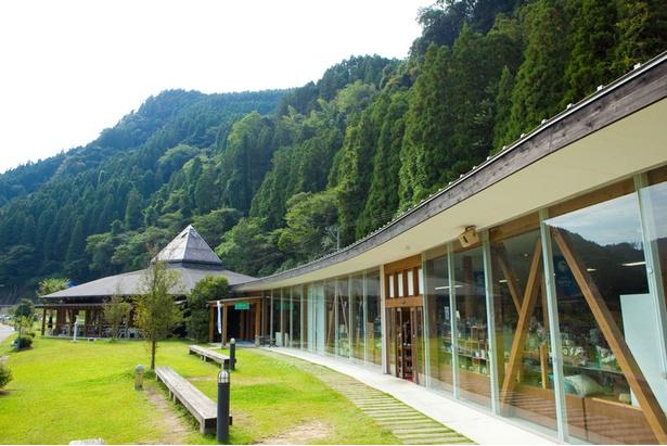 日田の山あいを流れる大山川のほとりに佇む、開放感溢れる空間