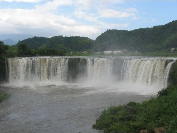 ダイナミックなスケール感の「原尻の滝」。目前の吊り橋からの眺めが最高!