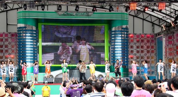 アップアップガールズ(仮)が「TOKYO IDOL FESTIVAL 2017」(8月4日~6日、お台場・青海周辺エリア)のオープニングアクトに登場。アップアップガールズ(2)、DJダイノジとラジオ体操で会場を温めた。