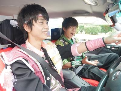 記念撮影用に運転席と助手席に乗る神田陸人、横山統威(左より)