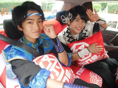 車内ラッピングのクッションがお気に入りの高崎寿希也、浦上拓也(左より)