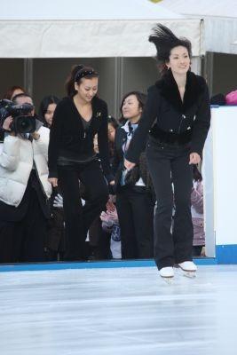 スケートリンクで2人はパフォーマンスを披露!
