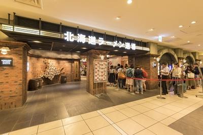 道内の名店ばかりが集まる「北海道ラーメン道場」。入り口前には一幻のお客さんで行列ができる