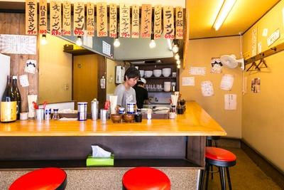 昭和感のある大衆食堂のような店内/駅前豚骨ラーメン ニネンヤ