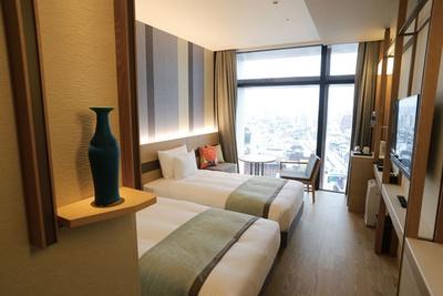 「 JR九州ホテル ブラッサム那覇」は、市内随一の繁華街である国際通りから、わずか徒歩1分の好立地