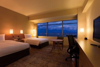 「ヒルトン福岡シーホーク」は、「都市景観100選」に選ばれたシーサイドももち地区にあり、博多湾に臨むホテルは全室オーシャンビュー