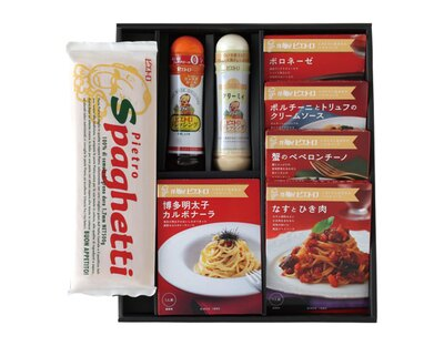 ピエトロの「家族みんなでパスタセット」。2種類のドレッシングと、新商品を含む5種類の本格パスタソース、スパゲティ麺の豪華なギフトセット