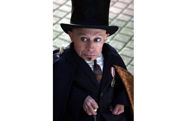 切れ者の助手、パーシー役を演じるヴァーン・トロイヤー
